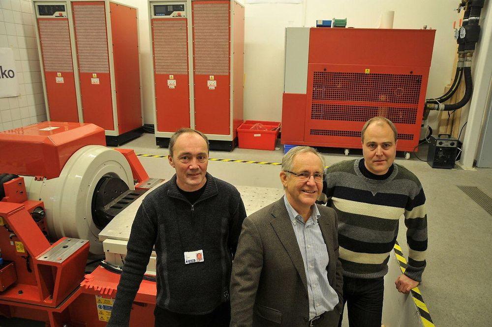 Karer med testutstyret i orden: Lars Hjerpseth (ansvarlig for sertifiseringsavdelingen), Dag Tørvold (toppsjef) og Roger Berget (leder for elektromagnetisk kompatibilitet/EMC og miljø).