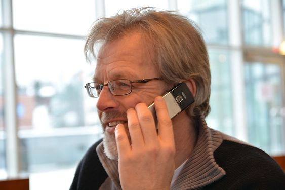Senioringeniør Jens-Erik Tømte i Statoil satser på vesentlig mer trådløs instrumentering i årene framover, og illustrerer det ved å bruke mobiltelefonen.