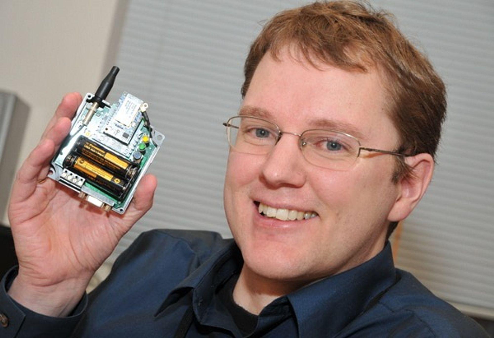 Stig med kjernen i det han har dedikert forskerarbeidet de senere årene: en radio for trådløse sensornettverk, som bygges inn i feltutstyret.