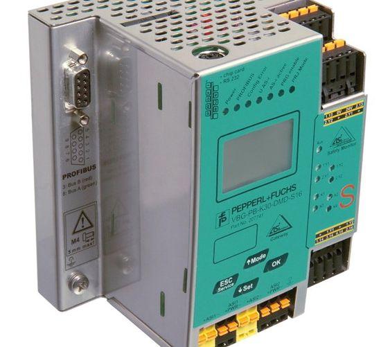 En AI-Interface dobbeltmaster med integrert sikkerhetsmodul og sikre utganger. Den kan styre inntil 16 ulike sikkerhetskretser.