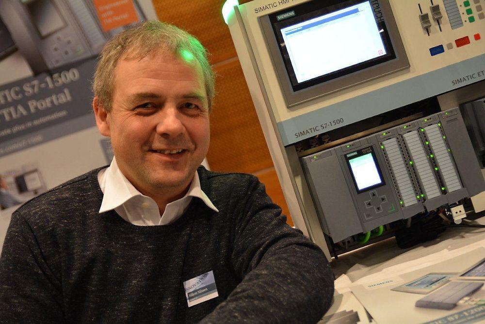 """PLS-promotør Håkon Nilssen med Siemens nye """"über-PLS"""", Simatic S7-1500. Legg merke til displayet på CPU-en, nummer to fra venstre, som blir standard."""
