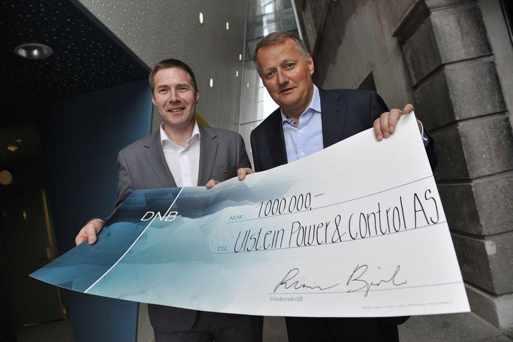 Arne Ove Rødstøl i Ulstein Power & Control (t.h.) mottar innovasjonsprisen på en million kroner fra Rune Bjerke, konsernsjef i DNB.