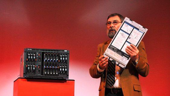 Jean-Marie Alliet, ansvarlig for prosessløsninger, slår et slag for virtualisering av servere, og viser oss et eksempel hvor 30 noder kjører i en feiltolerant blad-server.