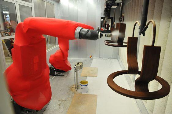 Ekornes har rundt 100 industriroboter i sving, men de anses kun som et virkemiddel i den store sammenhengen