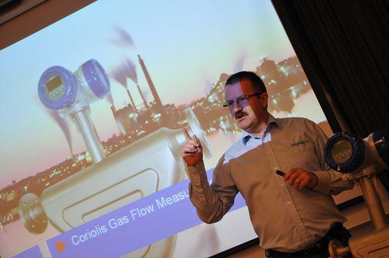 Servicesjef Johnny Østvang forteller at de nærmest oppfant hjulet på nytt under utviklingen av den nye Coriolis-massestrømsmåleren.