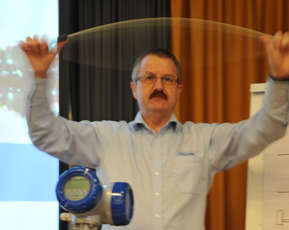 Servicesjef Johnny Østvang demonstrerer Coriolis-effekten.
