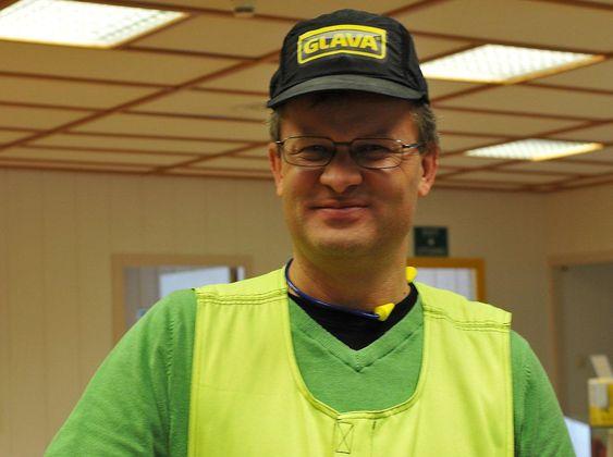 Selv om fabrikksjef Jon Udness får servert ferske, elektroniske rapporter om rikets tilstand hvor som helst, er han klar til innsats i produksjonen.
