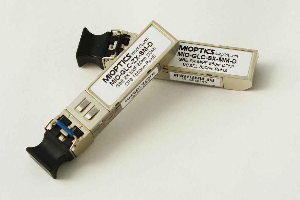 Fiberoptiske komponenter og utstyr er på plass hos Metric Industrial.