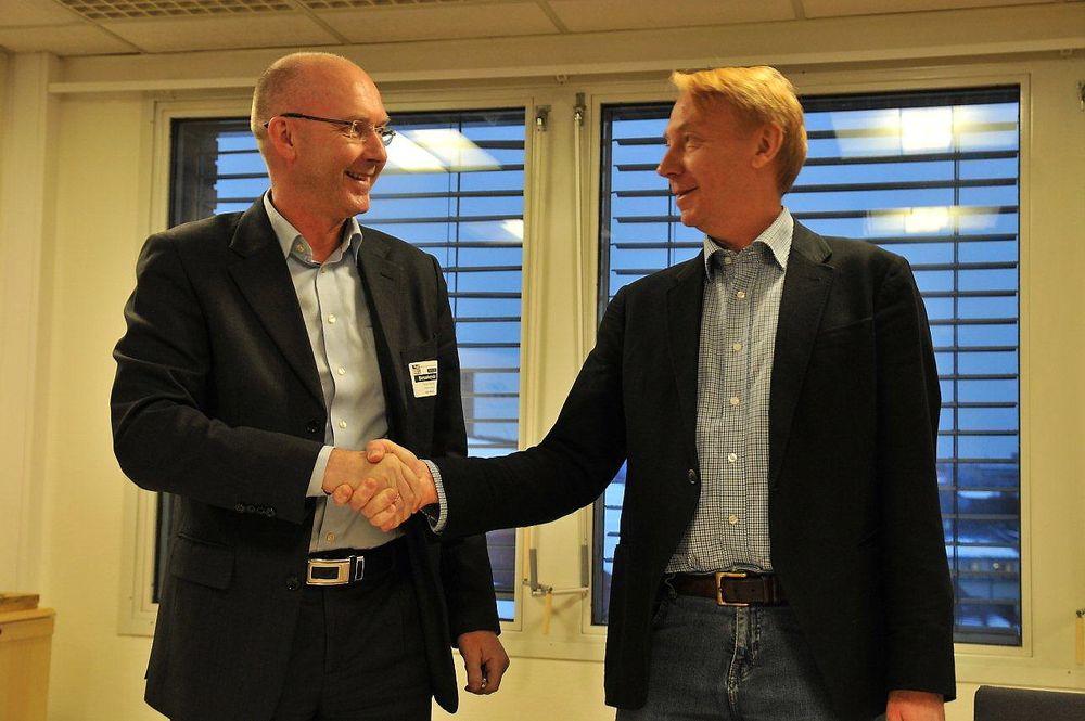 Konsernsjef Terje Bratlie i Malthe Winje (t.v.) og Per Kristiansen, konstituert direktør for vann- og avløpsetaten i Oslo, under kontraktssigneringen for driftskontrollsystemet til Midgardsormen.
