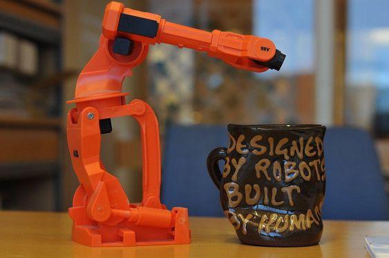 Teknologer har også humor: Kopp designet av roboter og produsert av mennesker. Motsatt tilnærming er kanskje bedre.