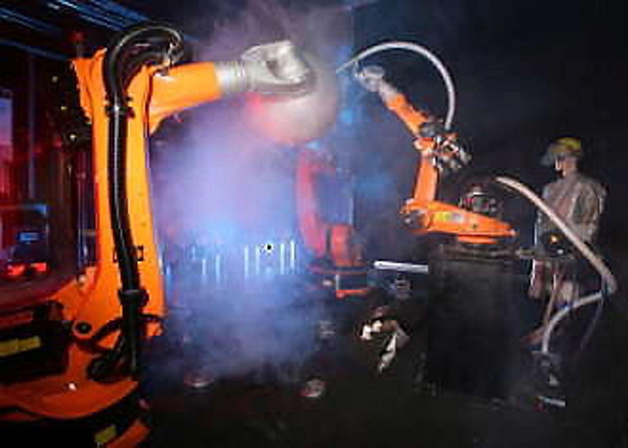 Eksempel på samarbeidende roboter: To holder arbeids- stykket, og en tredje sveiser.