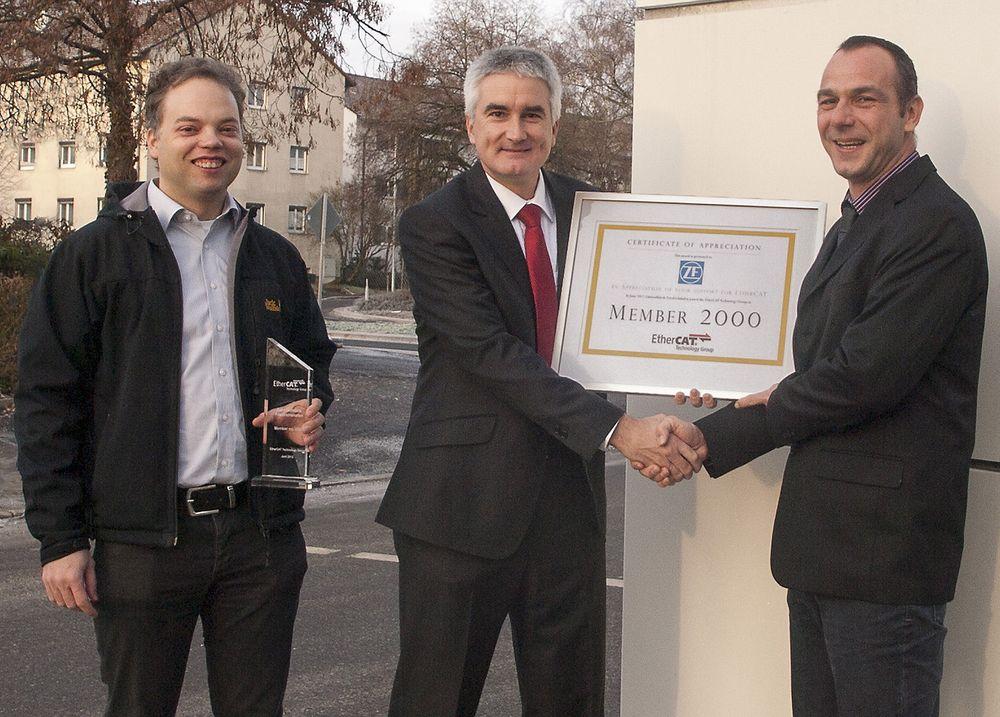 Martin Rostan i Ethercat Technology Group (midten) overrekker Rüdiger Ammann i ZF et sertifikat for medlem nummer 2000 i organisasjonen. Dr. Florian Kusche i ZF står til høyre