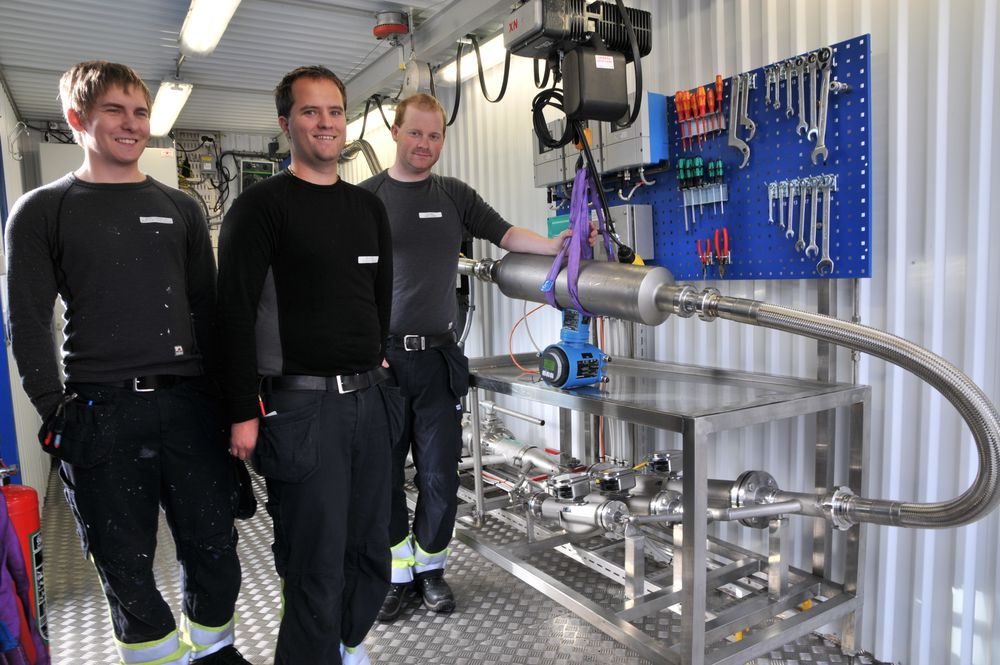 Automatiker Martin Terjesen (t.v.), Jan Rickard Martinsen og Andreas Johansen har vært sentrale i automatiseringen av Pronova Biopharmas egen målerigg for kalibrering av mengdemålere.