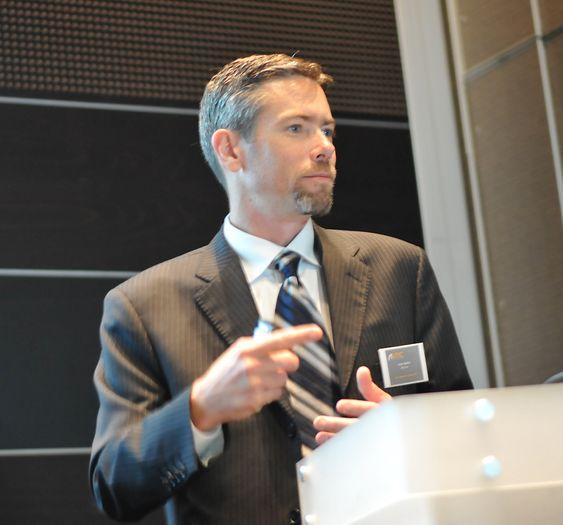 Applikasjonsingeniør Jochen Zimmermann i Red Lion kopler opp et kommunikasjonsfuglereir for å vise hva selskapets Data Station Plus kan gjøre innenfor én boks.