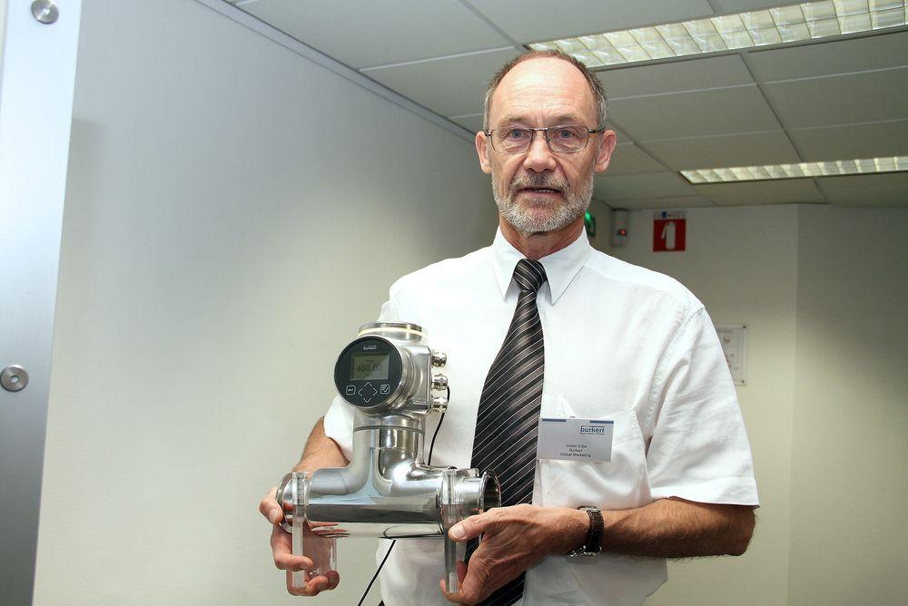 Volker Erbe, product manager hos Bürket, viser frem den nye produktet FloWave som måler med Surface accoustic waves, SAW.