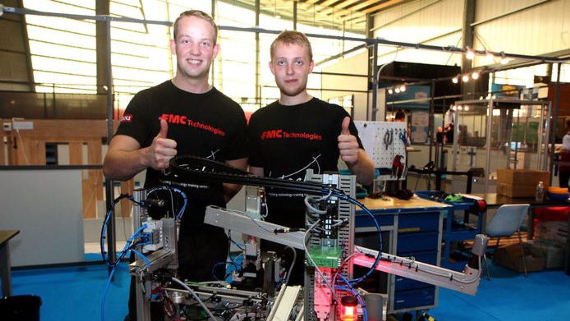 Fra venstre Petter Rustad og Sindre Hellingsrud foran sin prosesslinje bygget i Frankrike under yrkes-em.