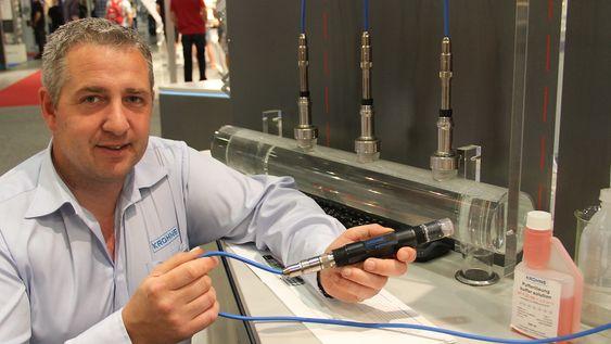 Øystein Lunde, salgssjef, analyse hos Krohne viser eksempler på bedriftens pH-målere. De tre bak er de tradisjonell glasskolbene artikkelen handler om. I hånden holder han en som er laget for spesielt tøffe medier.