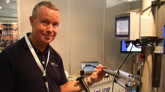 Produktsjef, prosess analyse, Knut Erik Boland fra InLine Prosess viser frem en PH-måler