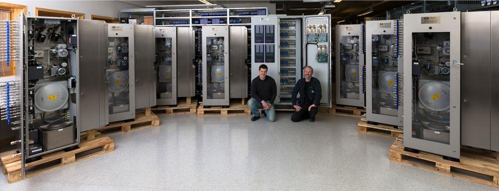 Historiens største gassprøvetakingssystem fra Autronica Fire & Security skal om bord i verdens største fartøy, som skal produsere FNLG. Til venstre prosjektingeniør Colbjørn Øyen, sammen med Remi Thim i produksjonsavdelingen.