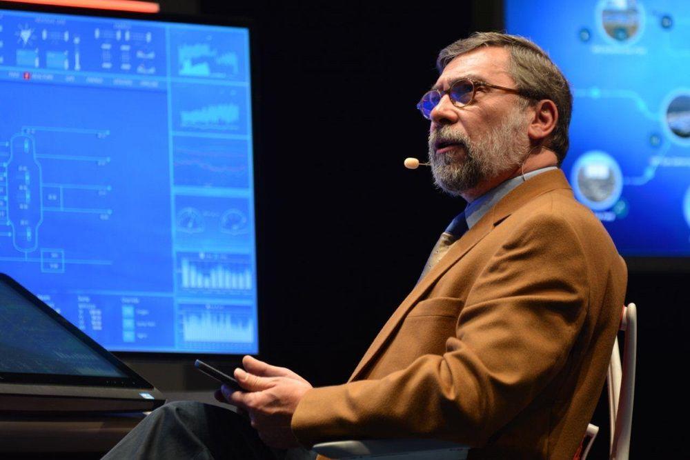 Jean-Marie Alliet fra Honeywell demonstrerer bruk av nettbrett med lesetilgang til operatør- og samarbeidsstasjoner.