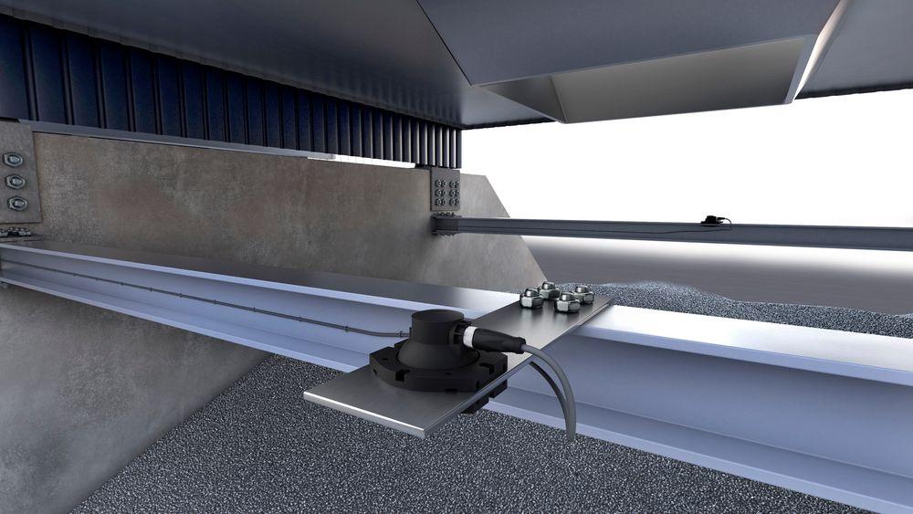 Grenseverdiutgangen på ultralydsensoren fungerer som overfyllingsvakt og stopper transportbandet før nivået i siloen blir for høyt.