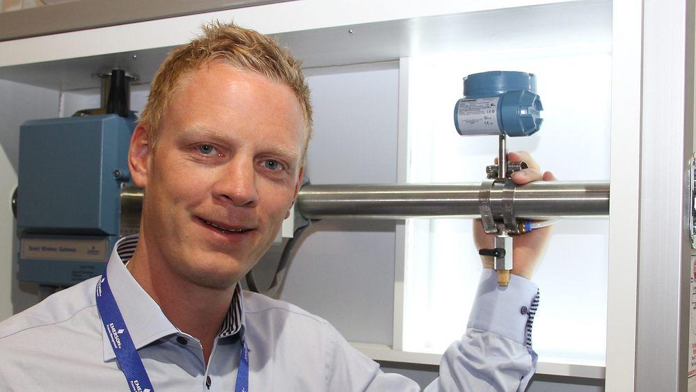Øystein Moe, salgsingeniør hos Emerson viser frem en trådløs akustisk detektor som kan detektere endringer i flow i et rør.