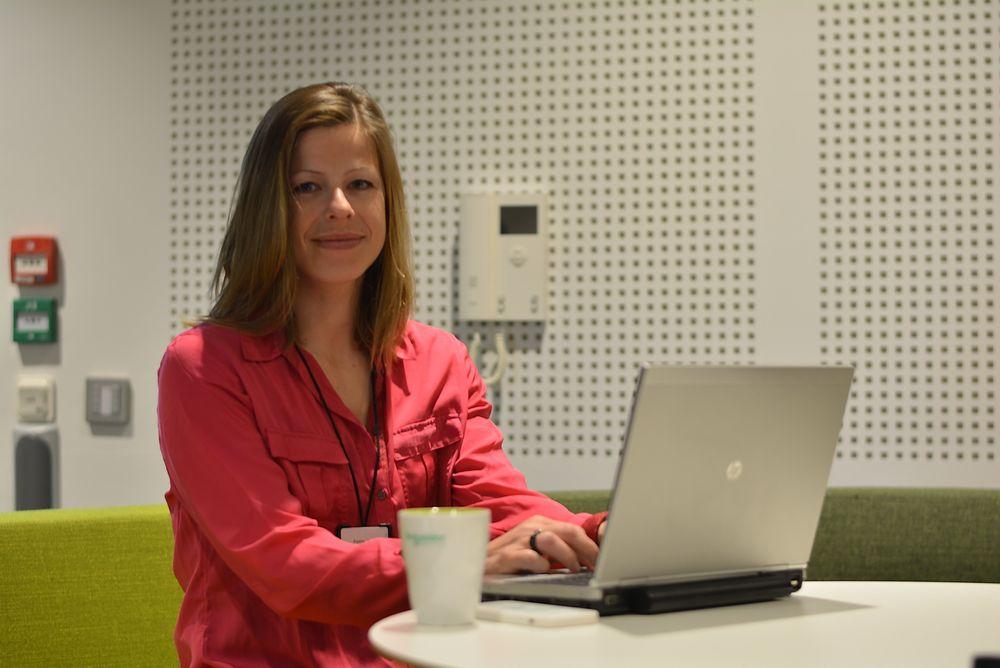 Industrisjef Elyette Roux hos Schneider Electric i Norge forteller at det er full fart fremover med Invensys om bord. Nå jakter de på synergier for å gi kundene ekstra verdi for pengene.