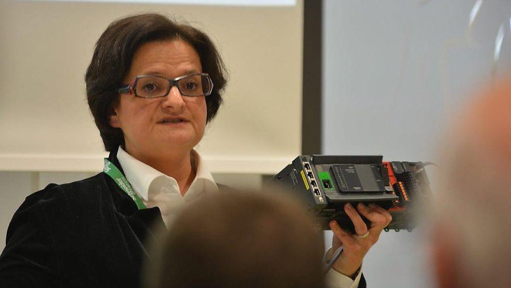 Anne-Clair Volcoq-Feret fra Schneider Electric  viser de nye kontrollerne, med mulighet for blåtann-kommunikasjon med smarttelefon og nettbrett.