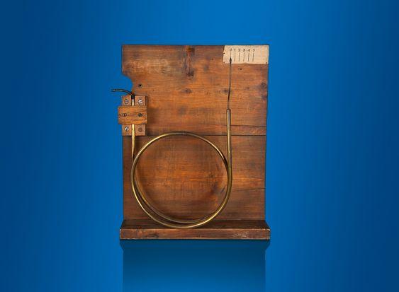 Det originale Bourdon-røret til trykkmåling, utviklet av Eugéne Bourdon i 1849.