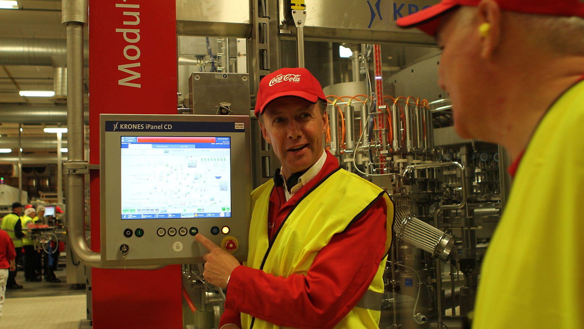 29b9115e Administrerende direktør Ignace Corthouts i Coca Cola Enterprises Norge ved  operatørpanelet i en av produksjonshallene. (Bilde: Coca Cola). Fra  produksjonen ...