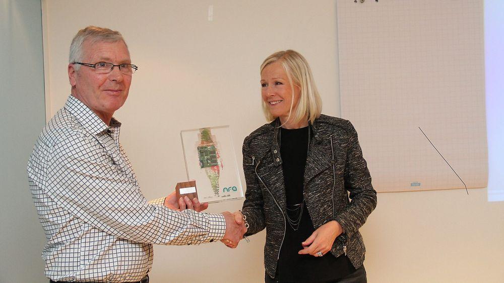 NFAs årsmøte 2015, styrelder Ingvild Johansen deler ut NFA-prisen til Ekornes, ved Sverre Kalvatn.