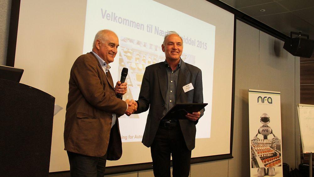 Lars Annfinn Ekornsæter fra NFA, til venstre i bildet, utnevner professor Sigurd Skogestad til æremedlem i NFA.