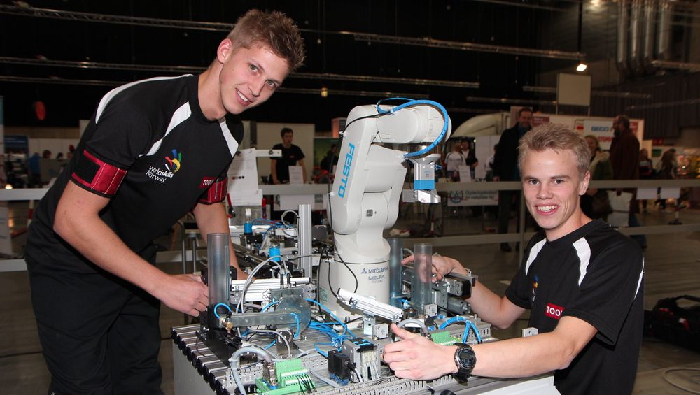 I NM for lærlinger og unge fagarbeidere i 2012 tok Simen Lia Nilsen og Olav B Vangen gull i klassen automatisering. De to stilte fra Team Kongsberg.