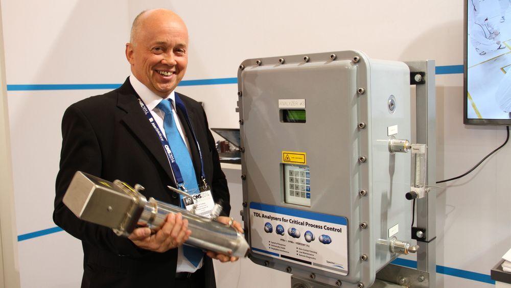 Per A Eriksen, salgsansvarlig for region vest i Endress + Hauser, viser frem den nye TDL-sensoren som er et resultat av forskning og utvikling for å utvikle en gassensor til bruk på Mars.