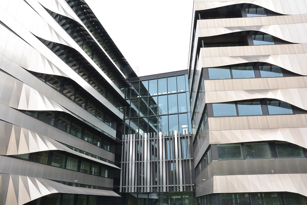 Datamaskin-modellert fasade i resirkulert aluminium for å holde solenergien ute, men slippe inn naturlig lys, uten bruk av persienner som trenger vedlikehold hos Schneider.