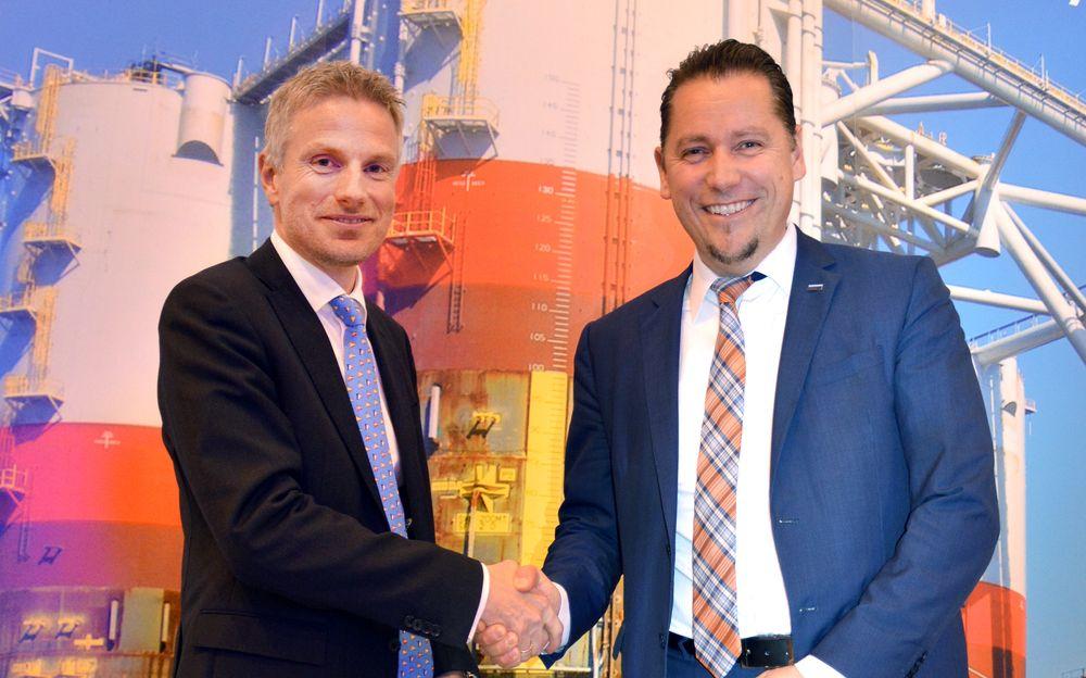 Stein Eggan, administrerende direktør i Marine Cybernetics til venstre sammen med Remi Eriksen, Executive Vice President og COO i DNV GL.