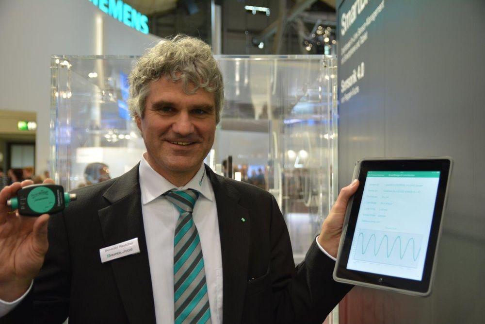 Benedict Rauscher hos Peppperl+Fuchs med selskapets bidrag til Industry 4.0, en gateway med IO-Link grensesnitt mot sensorer og blåtann mot smarttelefoner og nettbrett.