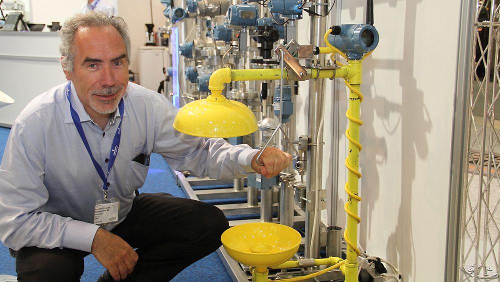 Rolf Jenssen ved en nøddusj der Emerson (som første) har lansert en nødmåler som registrerer og varsler hvis dusjon blir benyttet.
