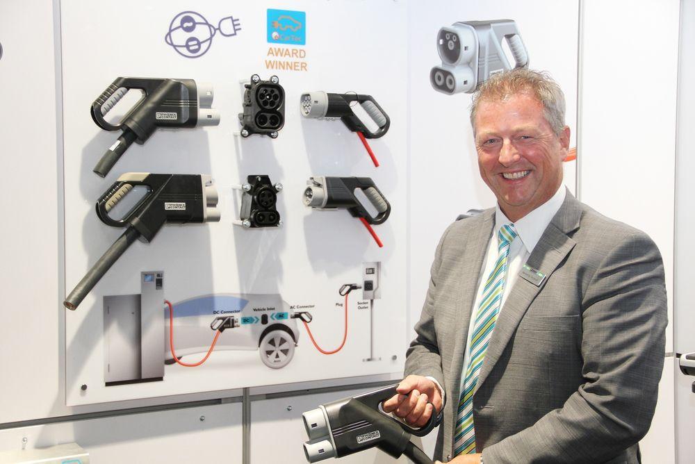 Henning Grorud, administrerende direktør Phoenix Contact AS tok med seg kontakter og kabler for lading av elbiler til Eliaden.