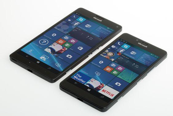 Lumia950 (foran) og 950 XL ved siden av hverandre.