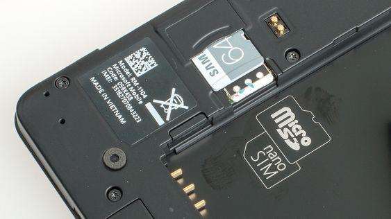 Under batteridekselet finner du plass til nano-SIM og et MicroSD-kort.