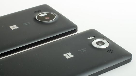 Lumia 950 (nærmest) og 950 XL bruker samme kamera, selv om de ser litt forskjellige ut på utsiden. Tre fargede LED-lys sørger for riktig farge på blitslyset.