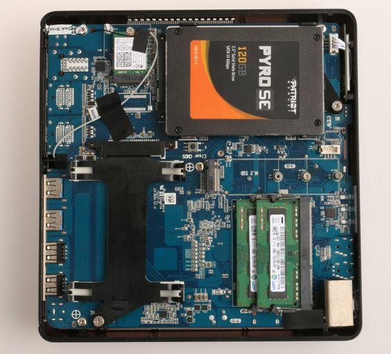 Med bunnplaten av er det enkelt å installere RAM og disker etter ønske.