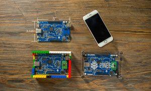 Tre PINE A64-kort ved siden av en iPhone 6S.