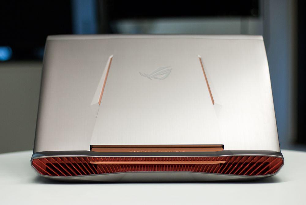 Prosessoren og skjermkortet har hver sin luftkanal, henholdsvis til venstre og høyre. Kanalene er svært overdimensjonert i forhold til konkurrerende spillmaskiner, så vi forventer at dette gir resultater med tanke på lavere støynivå under spilling.