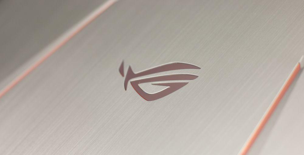 Denne logoen er ROG-maskinenes kjennetegn utad og i denne omgang lyser den mørk oransje når maskinen er på.