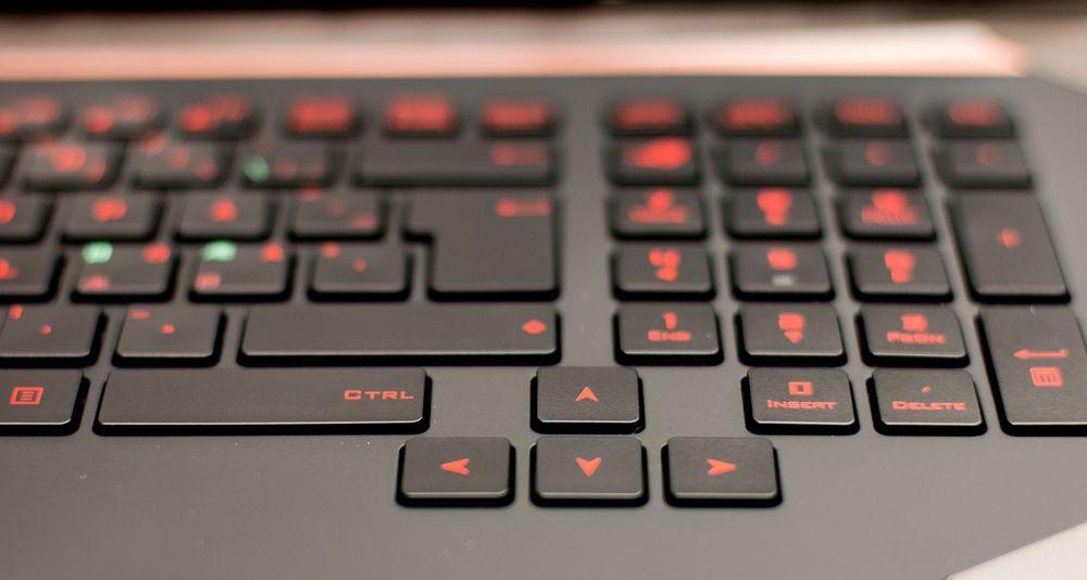 Nummertastatur er selvsagt på plass, godt adskilt fra piltastene og det øvrige tastaturet.