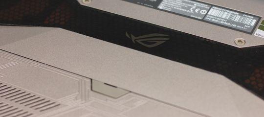 Gjennom et sotet vindu kan du se kjøleribbene og viftene til CPU og GPU.