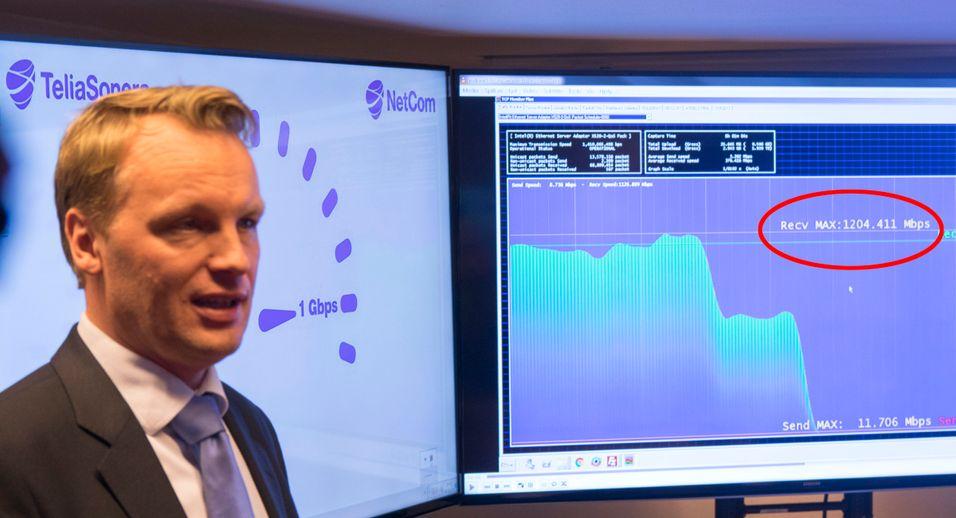 Teknologisjef Jon Christian Hillestad i Teliasonera viser frem en måling som gikk helt opp i 1,2 Gbit/s. Målingene som ble gjort på direkten for de fremmøtte la seg rett under 1000 Mbit/s.
