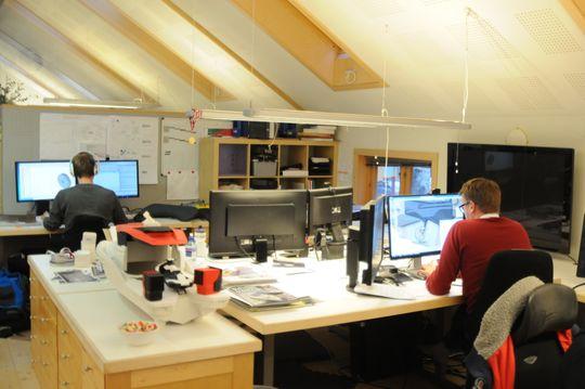 I de lyse lokalene står monitorene praktisk talt i kø, mens stadig nye DAK-skisser tar form. Eker Design har 30 ansatte, og mange av dem må også takle mer analoge og praktiske oppgaver enn dette.